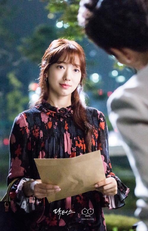 Mặc sơ mi họa tiết xinh như Park Shin Hye! - 3