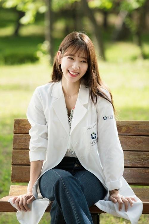 Mặc sơ mi họa tiết xinh như Park Shin Hye! - 1