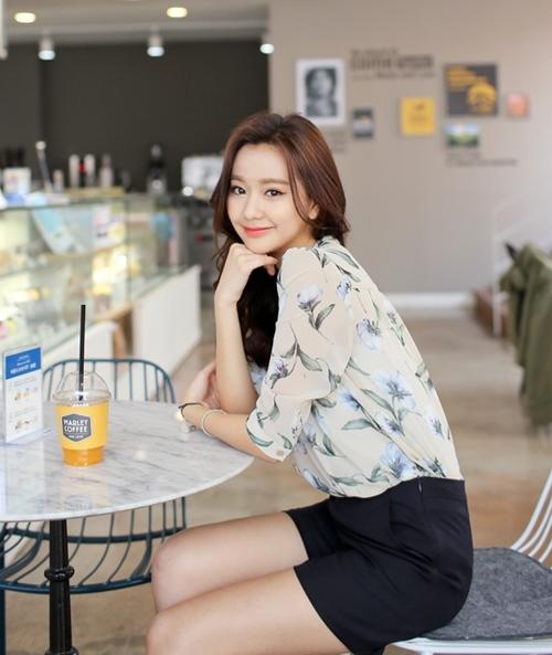 Mặc sơ mi họa tiết xinh như Park Shin Hye! - 8