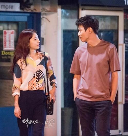 Mặc sơ mi họa tiết xinh như Park Shin Hye! - 5