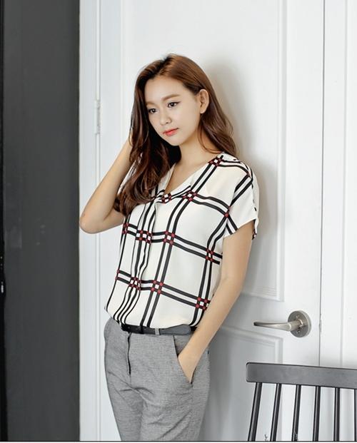 Mặc sơ mi họa tiết xinh như Park Shin Hye! - 11