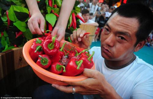 Nhăn mặt với cuộc thi ăn ớt trong thùng nước đá - 2