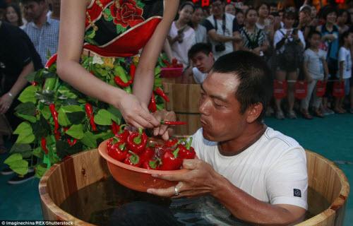 Nhăn mặt với cuộc thi ăn ớt trong thùng nước đá - 8