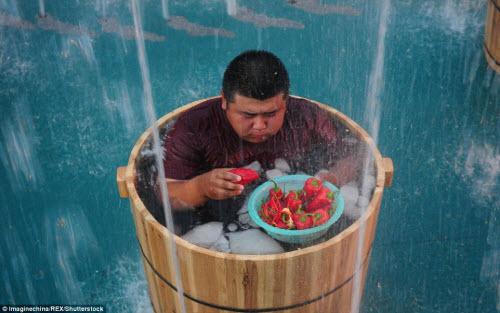 Nhăn mặt với cuộc thi ăn ớt trong thùng nước đá - 9
