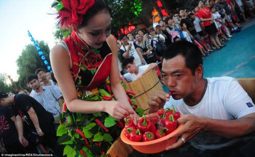 Nhăn mặt với cuộc thi ăn ớt trong thùng nước đá - 11