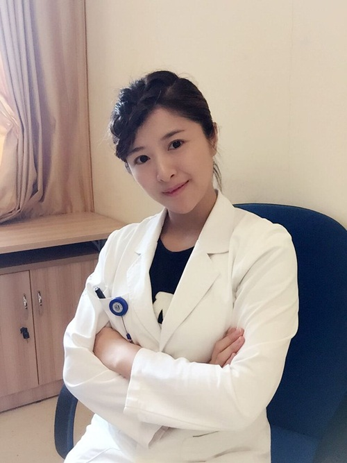 Nữ bác sỹ TQ có gương mặt đẹp như hot girl - 1