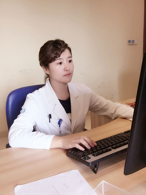 Nữ bác sỹ TQ có gương mặt đẹp như hot girl - 2