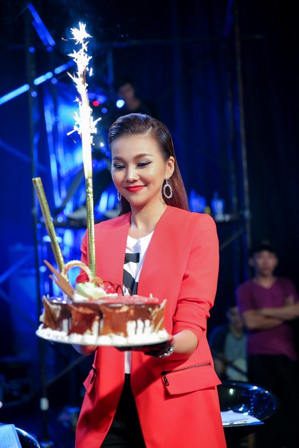 Thanh Hằng tươi rói đón sinh nhật cùng Vietnam's Next Top - 1