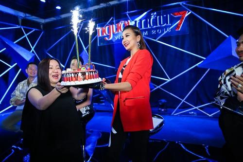 Thanh Hằng tươi rói đón sinh nhật cùng Vietnam's Next Top - 2