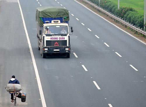 Ảnh: Rùng mình xe chạy ngược chiều trên cao tốc nghìn tỉ - 6