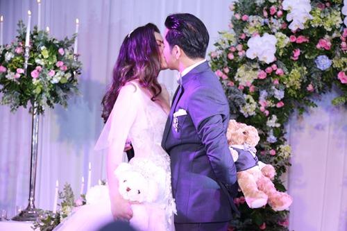 Ngọc Lan - Thanh Bình hôn nhau say đắm trong tiệc đính hôn - 1