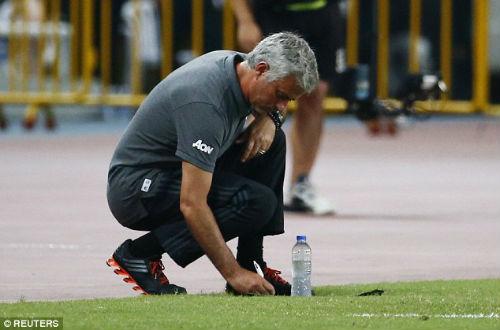 Thua đậm, Mourinho ví MU ì ạch như xe đua công thức 3 - 1
