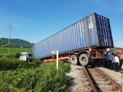 """Tin tức trong ngày - Container """"ngủ"""" trên đường ray, tàu hỏa chờ """"dài cổ"""""""