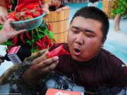Phi thường - kỳ quặc - Nhăn mặt với cuộc thi ăn ớt trong thùng nước đá