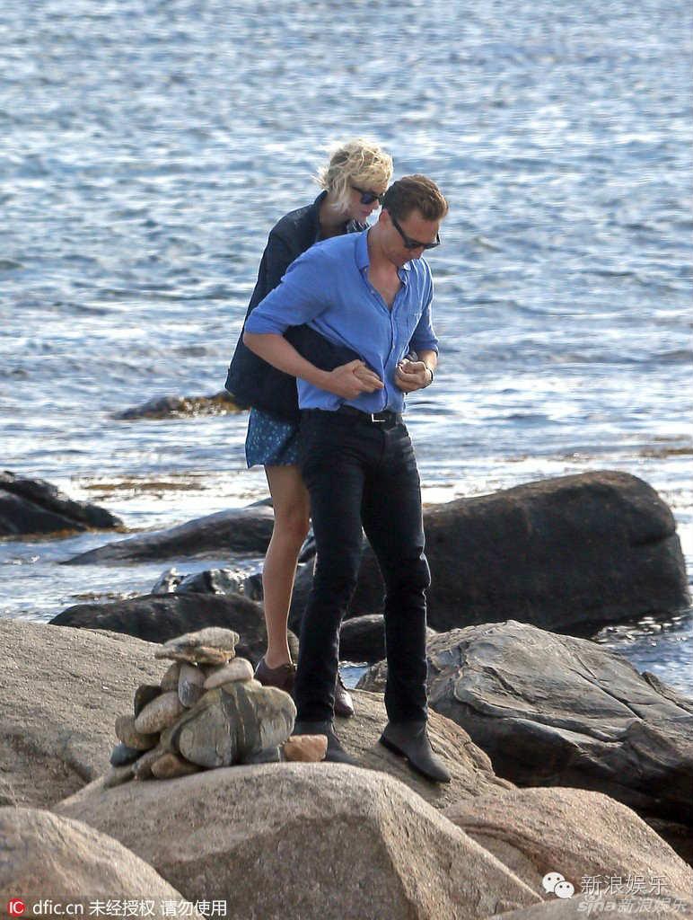 """Tom Hiddleston bị """"soi"""" đi một đôi giày hẹn hò Taylor Swift - 1"""