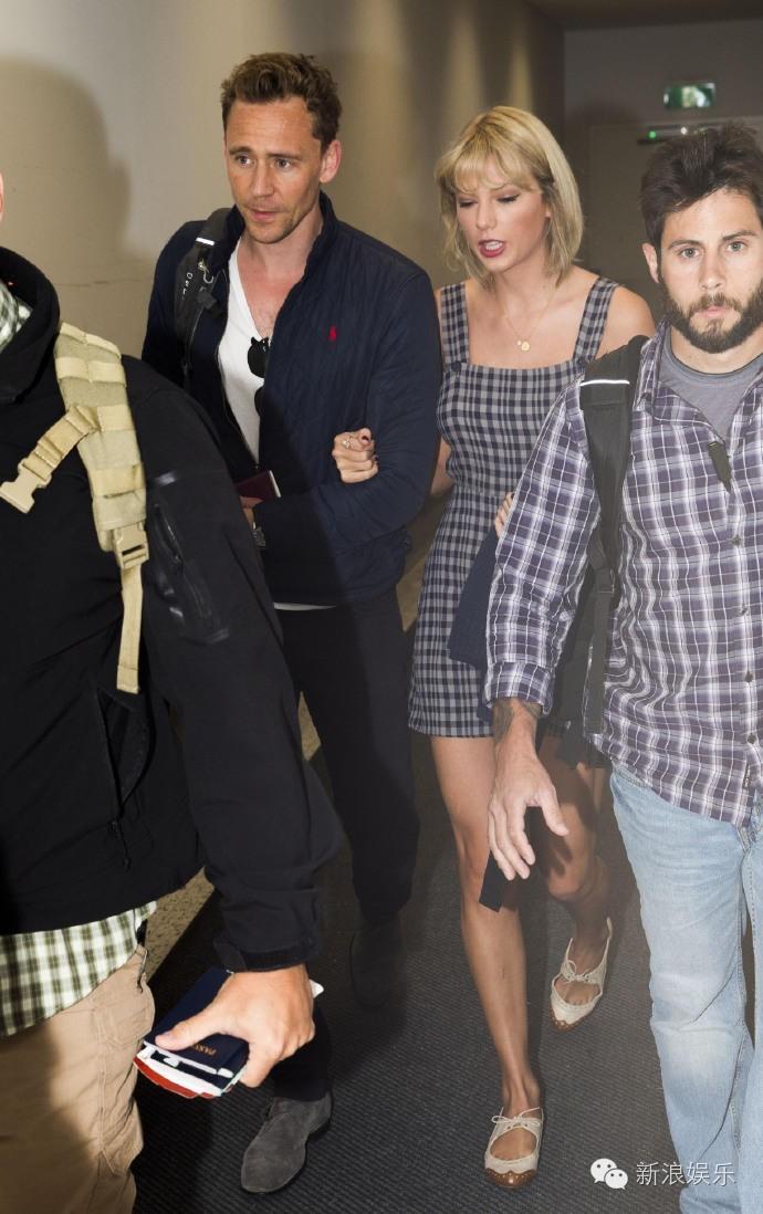 """Tom Hiddleston bị """"soi"""" đi một đôi giày hẹn hò Taylor Swift - 6"""