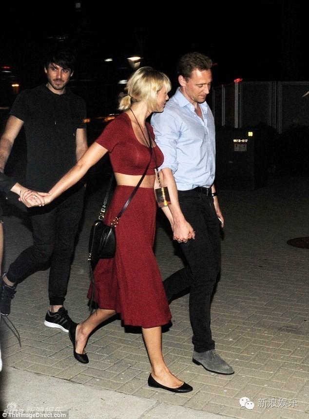 """Tom Hiddleston bị """"soi"""" đi một đôi giày hẹn hò Taylor Swift - 3"""