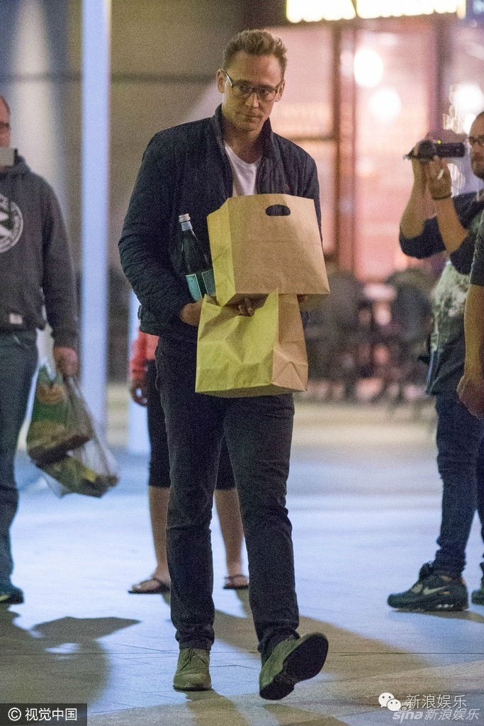 """Tom Hiddleston bị """"soi"""" đi một đôi giày hẹn hò Taylor Swift - 10"""