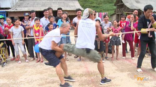 Hồng Đăng bò rạp người thi kéo co với các ông bố - 5