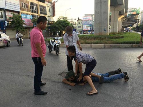 """CSGT Hà Nội tóm gọn 2 """"cẩu tặc"""" ở vườn hoa Giảng Võ - 1"""