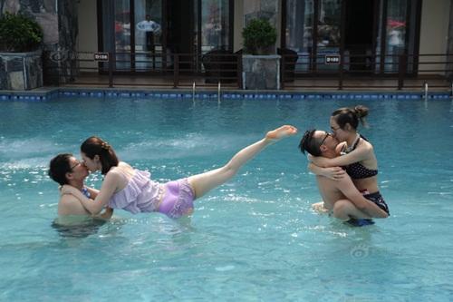 """Thi hôn nhau dưới nước với nhiều tư thế """"khó đỡ"""" - 1"""