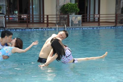 """Thi hôn nhau dưới nước với nhiều tư thế """"khó đỡ"""" - 8"""