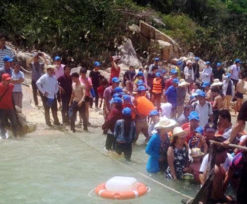 Sập nhà hàng hải sản, hàng trăm thực khách rơi xuống biển - 1