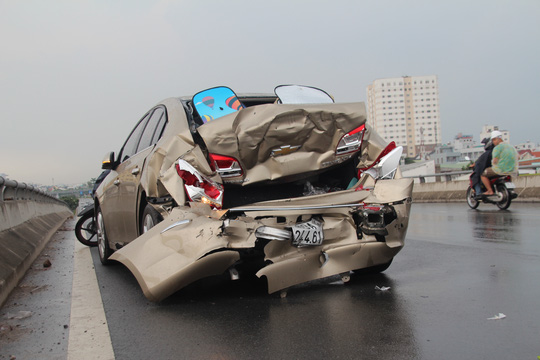 3 ô tô tông nhau liên hoàn vì… 1 chiếc nón bảo hiểm - 3