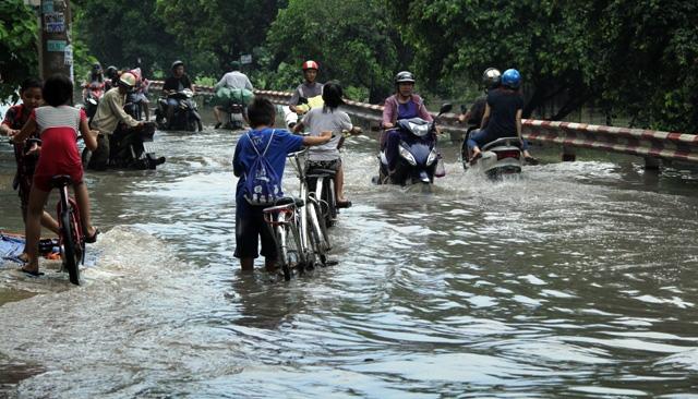 Mưa từ đầu giờ chiều, đến tối đường Sài Gòn vẫn như sông - 1
