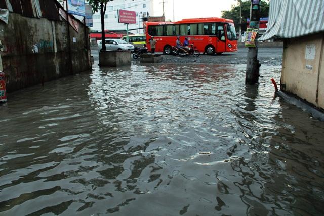 Mưa từ đầu giờ chiều, đến tối đường Sài Gòn vẫn như sông - 3
