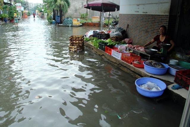 Mưa từ đầu giờ chiều, đến tối đường Sài Gòn vẫn như sông - 2
