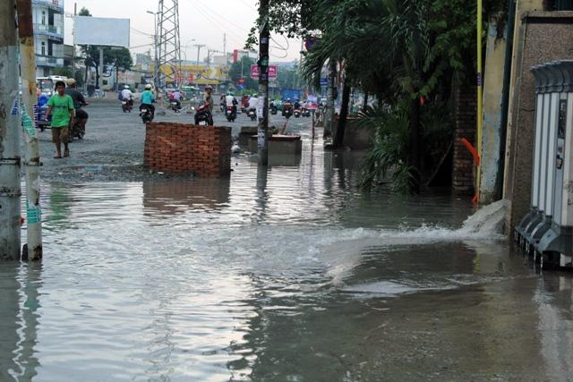 Mưa từ đầu giờ chiều, đến tối đường Sài Gòn vẫn như sông - 4