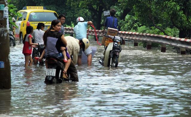Mưa từ đầu giờ chiều, đến tối đường Sài Gòn vẫn như sông - 8