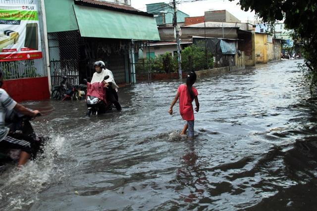 Mưa từ đầu giờ chiều, đến tối đường Sài Gòn vẫn như sông - 6