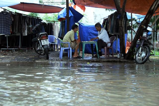 Mưa từ đầu giờ chiều, đến tối đường Sài Gòn vẫn như sông - 10