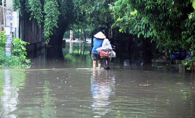 Mưa từ đầu giờ chiều, đến tối đường Sài Gòn vẫn như sông - 9