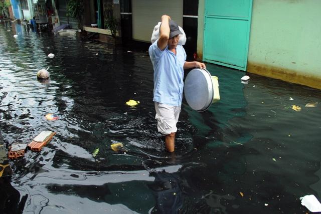 Mưa từ đầu giờ chiều, đến tối đường Sài Gòn vẫn như sông - 11