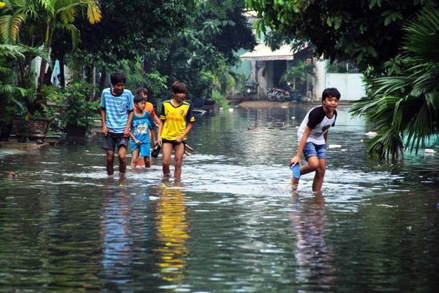Mưa từ đầu giờ chiều, đến tối đường Sài Gòn vẫn như sông - 14