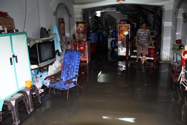 Mưa từ đầu giờ chiều, đến tối đường Sài Gòn vẫn như sông - 12