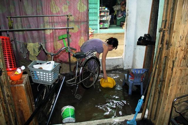 Mưa từ đầu giờ chiều, đến tối đường Sài Gòn vẫn như sông - 13