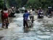 Mưa từ đầu giờ chiều, đến tối đường Sài Gòn vẫn như sông