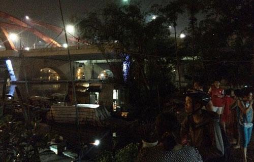 Lao ca nô vớt cụ ông chới với giữa sông SG trong đêm - 1