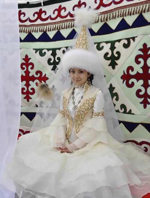 Trang phục cưới lạ mắt của các cặp đôi trên thế giới - 7