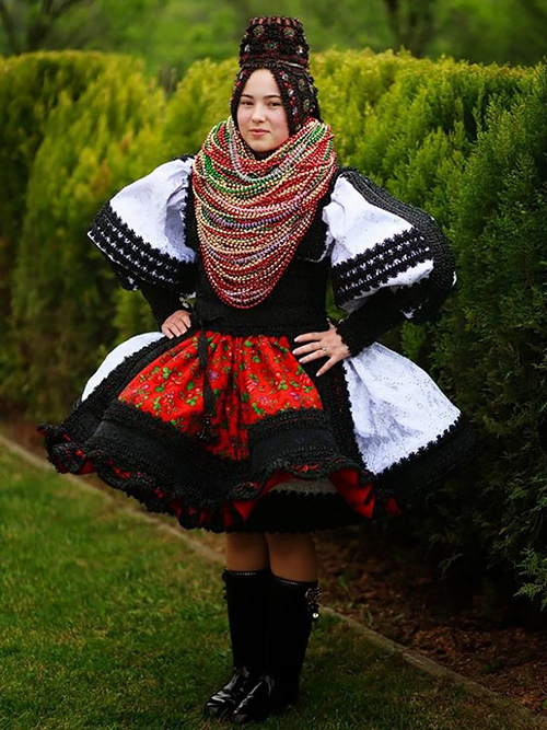 Trang phục cưới lạ mắt của các cặp đôi trên thế giới - 10