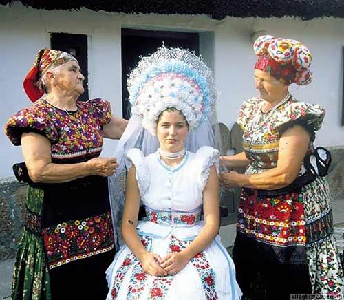 Trang phục cưới lạ mắt của các cặp đôi trên thế giới - 14