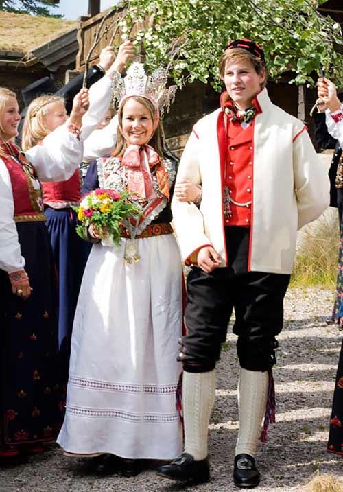 Trang phục cưới lạ mắt của các cặp đôi trên thế giới - 15