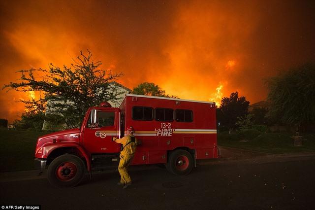 Cháy 80 km2, bầu trời đỏ rực như tận thế ở Mỹ - 4