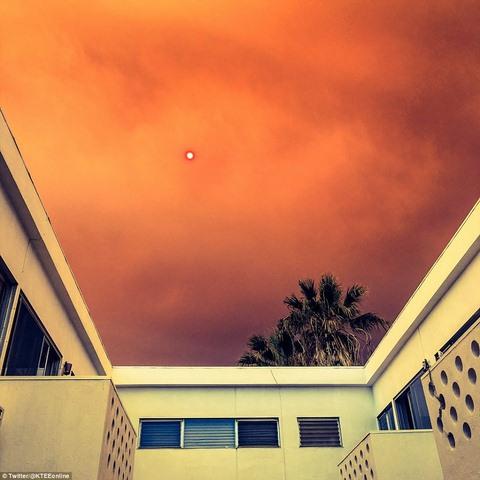Cháy 80 km2, bầu trời đỏ rực như tận thế ở Mỹ - 2