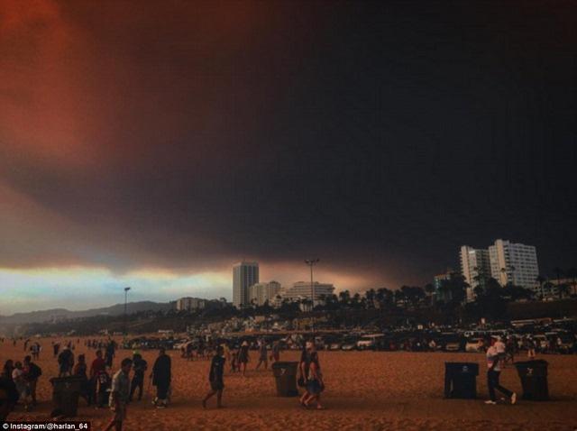 Cháy 80 km2, bầu trời đỏ rực như tận thế ở Mỹ - 1