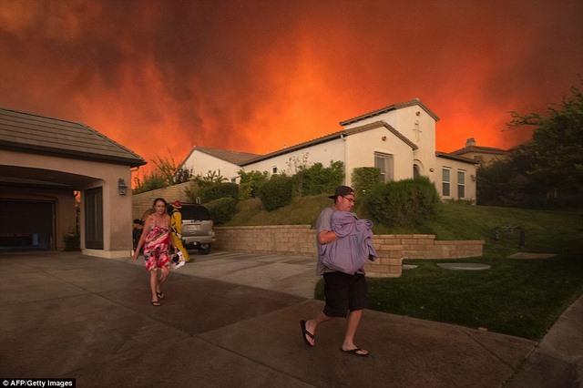 Cháy 80 km2, bầu trời đỏ rực như tận thế ở Mỹ - 3